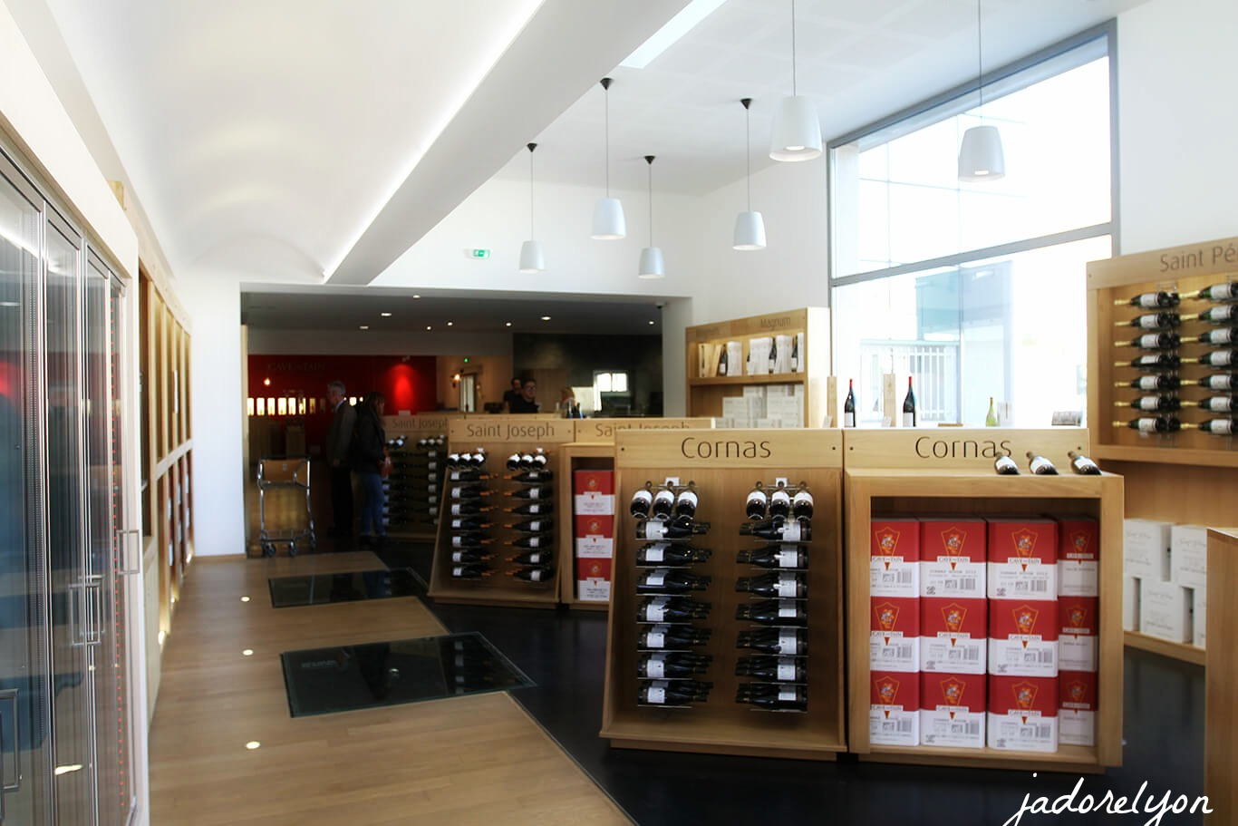Do a wine tasting in a modern style - cavetain